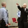 MAUVAIS TRAITEMENT ? L'extrémiste de droite norvégien Anders Behring Breivik, auteur d'une tuerie qui a fait 77 morts en 2011, a ouvert ce mardi 10 janvier le procès en appel sur ses conditions de détention en faisant à nouveau un salut nazi provocateur. Dans une décision qui avait provoqué la stupeur, l'État norvégien a été condamné en première instance en avril 2016 pour traitement «inhumain» et «dégradant» de Breivik en violation de l'article 3 de la Convention européenne des Droits de l'Homme. Il a fait appel.