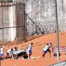 POUDRIÈRE. Des hommes sortent les corps de la prison d'Alcaçuz, près de Natal, dans le nord-est du Brésil, après une émeute très sanglante qui a coûté la vie à 26 détenus. Ce mardi 17 janvier, d'autres mutineries ont éclaté dans ce pays sous tension en raison de la surpopulation carcérale (ce pénitencier compte 1.083 prisonniers pour une capacité de 620 places), avec déjà 115 morts depuis le début de l'année, sur fond de guerre des gangs pour le contrôle du trafic de cocaïne.
