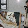 DÉCHIRÉE. Le peintre Lee Koo-Young pose à côté de ce qu'il reste de sa peinture représentant un portrait nu de l'ancienne présidente sud-coréenne Park Geun-Hye, destituée en décembre dernier, ce mardi 24 janvier à Séoul. Un peu plus tôt, son œuvre, inspirée de l'»Olympia» de Manet, a été saccagée au Parlement par des partisans de Park Geun-Hye furieux de voir leur championne ainsi moquée.