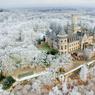 CADEAU GLACÉ.Moins connu que les folies architecturales de Louis II de Bavière, le château néogothique de Marienburg, en Basse-Saxe, ici sous une neige de conte de fées, date pourtant de la même époque. Cadeau du roi Georges V, dernier souverain du royaume de Hanovre, à son épouse Marie-Alexandrine de Saxe-Altenbourg, pour son anniversaire en 1857, ce bel édifice correspond presque trait pour trait à la vision romantique d'un château fort médiéval au sommet d'une colline, comme le décrivait l'écrivain et poète écossais Walter Scott. Aujourd'hui propriété du prince Ernest-Auguste de Hanovre, il est partiellement ouvert au public qui, dans son musée, son restaurant ou sa chapelle, peut revivre un instant les fastes de la fin du XIXe siècle.