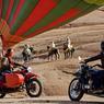 Dans le désert de Pierre d'Agafay, garant à l'abri nos side-cars, nous prenons de la hauteur avec Ciel d'Afrique une heure durant, jusqu'à 1000 mètres d'altitude, pour apprécier la beauté des petites montagnes et celle des contre-forts d'un Atlas enneigés.