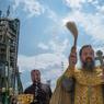 Le 6 juillet. Un prêtre orthodoxe bénit les membres des médias après avoir béni la fusée Soyouz à Baïkonur.