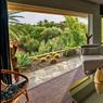 Domaine Dar el-Sadaka , propriété de Jean-Marc Foutou.Voici la grande chambre décorée sur le thème de la girafe avec sa magnifique vue sur le jardin. A visiter aussi la maison tombée du ciel, réplique- à l'envers- de la maison bordelaise du grand-père de l'artiste français.