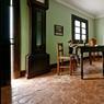 Domaine Dar el-Sadaka , propriété de Jean-Marc Foutou. Outre sa maison, son atelier et les œuvres monumentales qu'il expose, il a bâti une villa d'hôtes d'exception dont les neuf chambres, décorées chacune sur des thèmes différents, invitent au voyage. Voici la chambre géante avec notre rédactrice (en vrai!) assise sur la chaise du bureau.