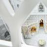 Le spa de l'hôtel Royal Mansour. L'atrium en ferronnerie de dentelle blanche évoque une volière. Au rez-de-chaussée, deux hammams, un bassin Watsu, un espace de détente, la boutique et un salon de thé. Au premier étage, dix cabines et une large gamme de soins.