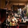 Le Grand Café de la Poste à Marrakech. Cet établissement surplombe fièrement la place du 16-Novembre.Il réunit de vieux fumeurs de pipe, de jeunes working girls, des joueurs de backgammon ou d'échecs et des artistes de tous horizons.