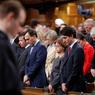 HOMMAGE. Ce lundi 30 janvier à Ottawa, le Premier ministre canadien Justin Trudeau a observé une minute de silence en hommage aux six victimes de l'attaque survenue dans une mosquée de Québec. Un jeune étudiant canadien aux idées nationalistes, présumé auteur de cette attaque, a été inculpé de meurtres avec préméditation. Le Canada répondra à cette fusillade mortelle «par l'amour et la compassion», a déclaré Justin Trudeau.