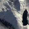 « Le lac du Mont-Cenis, en Savoie, comme un trou béant au milieu de toute cette neige. Survoler les Alpes me donne envie de skier...»
