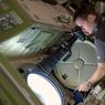 « Vous êtes nombreux à demander comment on prend nos photos.Nous avons beaucoup d'appareils à bord de la Station spatiale et surtout on a un observatoire privilégié à disposition : la Cupola et sa vue sans égale sur la Terre.»