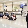 DOMINOS.La décision radicale prise par Donald Trump d'interdire l'entrée sur le territoire américain pendant 90 jours aux ressortissants irakiens, iraniens, syriens, soudanais, yéménites, libyens et somaliens, n'en finit pas de provoquer des remous aux Etats-Unis, dans le monde entier et sur les marchés financiers. Dans l'aéroport de Dallas-Fort Worth, un groupe de musulmans a décidé de manifester en improvisant une prière collective sous le regard ennuyé des services de sécurité. Un happening parmi d'autres pour dénoncer, selon eux, une « discrimination totale et infondée ». Pas de quoi cependant faire varier d'un iota le nouveau président américain qui, lundi dernier, a limogé la ministre de la Justice intérimaire Sally Yates, qui refusait d'appliquer son décret sur l'immigration…