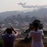 ENVIRONNEMENT. Une partie des graves incendies de forêts, qui ravagent le Chili depuis plus d'une semaine et ont coûté la vie à onze personnes, sont désormais maîtrisés ce mardi 31 janvier. Le pays a reçu l'aide supplémentaire d'un avion bombardier d'eau russe, qui s'est joint à la mobilisation internationale déjà sur place, avec deux appareils similaires fournis par les Etats-Unis et le Brésil, et plus de 500 pompiers et experts venus de France, d'Argentine, du Venezuela ou encore d'Espagne.