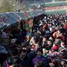 CÉLÉBRATIONS. De très nombreux Chinois, emmitouflés dans leurs manteaux par -5 degrés, ont fait le déplacement en famille au parc Badachu de Beijing pour assister aux festivités organisées pour célébrer le nouvel an lunaire. Cette période, nommée «la Fête du Printemps», est la plus importante de l'année dans ce pays : elle est synonyme de réunion familiale, de repas fastueux et d'activités culturelles traditionnelles.