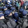 TENSIONS. Des centaines de policiers israéliens, à pied et apparemment sans arme, ont commencé à évacuer les 200 à 300 résidents de la colonie d'Amona, près de Ramallah, en Cisjordanie ce mercredi 1er février, à l'approche de la date butoir fixée pour sa démolition. Enjeu d'une bataille politique et légale de plusieurs années, Amona est vouée à la démolition sur décision de la Cour suprême israélienne, qui l'a jugée illégale parce que construite sur des terres privées palestiniennes.