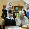 LE TRAVAIL C'EST LA SANTÉ. A 89 ans, Ilynichna Levushkina, peut se vanter d'être la chirurgienne encore en activité la plus âgée du monde. Dès 8 heures elle accueille ses patients à la clinique avant de se rendre au bloc opératoire de l'hôpital pour réaliser ses quatre opérations quotidiennes.