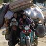 L'EXODE ET LE CHAOS.Tout ce qu'ils ne pouvaient pas emporter avec eux est resté dans l'enfer d'Al-Bab, la dernière ville du nord de la Syrie encore aux mains de l'Etat islamique. Rebelles soutenus par Ankara, armée régulière syrienne et milices alliées au régime de Bachar el-Assad ont lancé la dernière grande offensive de la bataille d'Alep. Dans cette guerre aux multiples acteurs, la Russie aide militairement Damas face aux islamistes et aux autres insurgés, alors que la Turquie apporte un soutien militaire à des groupes rebelles qui combattent les djihadistes près de sa frontière.
