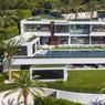 À VENDRE. Pour seulement 233 millions d'euros, cette « splendide » maison sise au 924 Bel Air Road à Los Angeles, sera à qui la voudra. Voici donc la propriété « la plus chère des Etats-Unis ». Dimensions : 3530 m2 habitables, soit 4 étages offrant 12 chambres à coucher, 21 salles de bains, 3 cuisines et une salle de cinéma de 40 places. Sans oublier, bien sûr, une piscine avec vue sur la mer. La maison est vendue entièrement meublée et « équipée », pour 28 millions d'euros, d'un hélicoptère et d'une flotte de voitures et de motos de collection.