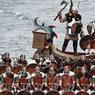 RÊVEURS CASQUÉS. Chaque année, le dernier mardi de janvier, l'archipel des Shetland, en Ecosse, célèbre Up Helly Aa, une antique fête païenne du feu. Une manière symbolique de saluer la fin prochaine des longues nuits d'hiver et le retour du printemps, devenue depuis quelques années un festival viking où des confréries de figurants, venus du monde entier, se retrouvent pour défiler à la lumière des torches et mettre le feu à des drakkars. Une belle réussite touristique qui rappelle les cinq siècles sous domination norvégienne de l'archipel, de sa conquête au IXe siècle à sa mise en gage en 1469 au profit de Jacques III d'Ecosse, qui les unit à sa couronne deux ans plus tard.