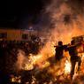 CÉLÉBRATION. La tradition veut que pour attirer la chance pour l'année à venir, les habitants de Jieyang, ville de la province chinoise de Guangdong, bravent les flammes de l'immense feu de joie allumé pour les célébrations des fêtes du nouvel an chinois.