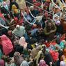 EN DEUIL. Quelques heures seulement après l'attentat qui a frappé Mall Road, l'une des principales artères de Lahore au Pakistan, les premières funérailles des victimes étaient organisées ce mardi 14 février. Au moins 13 personnes, dont six policiers, ont été tuées et plus de 80 blessées par la bombe qui a explosé en début de soirée. Le Premier ministre Nawaz Sharif, frère du ministre en chef du Pendjab, a déploré une «tragédie», appelant à continuer la lutte contre le terrorisme «jusqu'à ce que l'on puisse se dire libres et en sécurité».