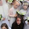 DROITS DES ENFANTS. A Dublin, mercredi 22 février, à l'initiative de l'association irlandaise « Plan Ireland » un groupe de jeunes filles habillées en mariées, a réalisé un « mannequin challenge » pour attirer l'attention sur la situation de 16.5 millions d'enfants qui doivent quitter leur foyer pour cause de conflit ou de persécution dans le monde. Depuis 80 ans, sur tous les continents, l'association se bat pour le respect du droit des enfants.