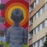Ici, l'artiste qui se cache sous le pseudonyme de «Globe Trotteur» fait appel à notre imagination, en peignant un enfant sur la pointe des pieds qui regarde de l'autre coté d'un vortex aux multiples couleurs. À voir sur le boulevard Vincent Auriol (Paris XIIIe).