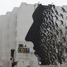 Le travail de l'espagnol David De La Mano, en collaboration avec les artistes Cost et Invader, est sombre. Son oeuvre est imprégnée de détails surréalistes, avec des personnages aux têtes animales et aux corps changés en racines d'arbre. À voir au croisement de la rue de Jenner et du boulevard Vincent Auriol (Paris XIIIe).