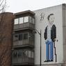 L'oeuvre moderne intitulée «Dr House» est une nouvelle façon pour l'artiste français Invader d'évoquer la culture populaire qui collait parfaitement au lieu. À voir sur l'un des murs de l'hôpital Pitié-Salpêtrière donnant sur la ligne 6 du métro aérien entre les stations Chevaleret et Place d'Italie (Paris XIIIe).