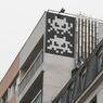 En 1 heure seulement, Invader réalise en noir et blanc l'oeuvre PA_1240 évoquant deux créatures du jeu Space Invader. À voir au croisement de la rue Jeanne d'Arc et du boulevard Vincent Auriol (Paris XIIIe).
