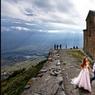 Très haut ((2 170 mètres) au-dessus du village Stepantsminda apparaît la petite église de Gergeti (XIVe siècle), gardienne de la vallée.