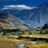 Dans la région de Khévie au nord du Caucase, des paysages de hautes montagnes annoncent le changement de décor. Ici, le climat est rude et au plus fort de l'hiver, la région est totalement isolée du reste du pays.