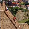 Pour embrasser d'un seul coup les quinze siècles de Tbilissi, il faut grimper jusqu'à la forteresse de Narikala. Vue d'en haut, la capitale géorgienne se laisse mieux déchiffrer.