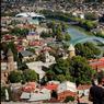 Le XXIe siècle fait irruption sur Tbilissi par l'entremise d'une élégante passerelle de verre d'acier, le pont de la paix. Sur la rive gauche du Mtkavri, deux tubes d'acier évasés ultracontemporains abritent une salle de concert.