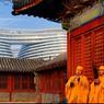 Le Pékin contemporain se confronte à son passé : le centre commercial ultramoderne Galaxy Soho, de l'architecte Zaha Hadid, se dessine désormais derrière Zhihua Si, le temple de la sagesse où jouent les moines musiciens.