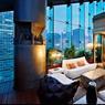 L'hôtel Eclat, un rêve de transparence, au cœur d'une pyramide de verre écologique. Ici, une des suites donnant sur la skyline de la ville avec bar à cocktail et piscine privée.