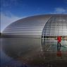 La ville semble enfin vouloir assumer son rôle de capitale dynamique, plus intellectuelle et artistique. Ici, une vue extérieure de l'Opéra de Pékin de Paul Andreu, une architecture au service des arts du spectacle.