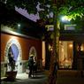 Les anciennes ruelles de la capitale dévoilent des trésors. Le Temple, dans un temple bouddhiste restauré abrite des chambres, un lieu d'exposition et un restaurant haut de gamme.
