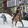 SKI INSOLITE. Vous aimez la neige, les chevaux et le ski, alors vous allez aimer le ski-joëring ou ski tracté. Comme tous les ans début mars, les amateurs de ce sport insolite se retrouvent au Ski Joring & Crystal Carnival à Leadville, une ville des États-Unis située près de Denver, dans l'État du Colorado. Les participants à cet évènement se déplacent dans les rues enneigées de la ville, tractés par un cheval. La maniabilité, le slalom et les sauts sont des compétences indispensables pour rester dans la course !