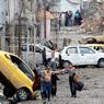 MIS À NU.Cette image du grand photographe serbe Goran Tomasevic restera sans doute parmi celles qui marqueront l'histoire de la terrible guerre civile qui ne cesse d'ensanglanter l'Irak et la Syrie. Devant les soldats des forces spéciales irakiennes qui progressent maison par maison dans les rues de Mossoul, des familles entières sortent des ruines pour échapper à l'enfer des combats. Mais dans cette ville martyre, toute personne en âge de porter des armes, homme, femme et même enfant, peut se révéler être un combattant de l'Etat islamique prêt à commettre un attentat suicide. C'est pourquoi ceux qui se rendent ou viennent à la rencontre des soldats doivent se déshabiller et prouver qu'ils ne portent ni arme ni ceinture d'explosifs. Sans quoi, ils risquent d'être abattus, sans état d'âme.