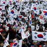 SOUTIEN. Alors que la présidente sud-coréenne Park Geun-Hye sera fixée sur son sort politique ce vendredi, lorsque la Cour constitutionnelle rendra son jugement pour confirmer ou non sa destitution dans un vaste scandale de corruption, ses partisans se sont mobilisés ce mercredi 8 mars dans le centre de Séoul. En cas de confirmation, elle deviendrait le premier chef de l'Etat sud-coréen à être limogé de cette manière. Une présidentielle anticipée devra être organisée sous 60 jours. En cas de rejet, elle reprendrait immédiatement ses fonctions et resterait à la présidence jusqu'à la fin de son mandat en février 2018.