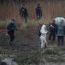 AFFAIRE TROADEC. Les fouilles pour tenter de retrouver d'autres restes des quatre corps de la famille Troadec ont repris ce jeudi 9 mars à Pont-de-Buis-lès-Quimerch (Finistère), dans la ferme du principal suspect, au lendemain de la découverte de fragments de corps humains et des bijoux appartenant aux victimes. Au moins une trentaine de policiers et un médecin légiste étaient sur place vers 8h15 quadrillant le vaste corps de ferme entouré de 32 hectares de terrain sous une pluie battante et un épais brouillard.