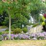 Parcs, rivières, voie verte et sentiers de randonnée valent à la commune de Caudan (Morbihan), située juste au nord de Lorient, d'obtenir sa 4e fleur. Le fleurissement est varié avec une évidente touche d'originalité.