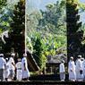 Le sacré rythme la vie du pays. Ici les fidèles se dirigent vers le temple de Batukaru perdu en pleine forêt.