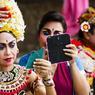 Bali se révèle une fête des sens, des couleurs et de la délicatesse. A Batubulan, comédiens et danseurs se préparent pour un spectacle du Barong. Une fresque pleine d'humour où s'affronte l'esprit du bien et celui du mal.