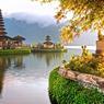 Image emblématique de Bali et haut lieu de pèlerinage, le temple Pura Ulun Danu Bratan, dédié à Devi Danu la déesse des eaux, est édifié sur le lac Bratan, dans la région de Bedugul.