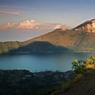 La route grimpe à l'assaut des versants et débouche sur l'immense lac Batur. Pour les prêtres balinais, c'est de cet océan d'eau douce que s'écoulent toutes les rivières de l'île.