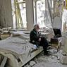 LA VIE, MALGRÉ TOUT.Assis sur un lit couvert de gravats, ce vieux Syrien vient de regagner son domicile du quartier de Chaar, à l'est d'Alep, dévasté par quatre ans de guerre. L'immeuble, bâti dans les années 30, a plutôt mieux résisté que d'autres au pilonnage des avions russes, et Mohammed Mohieddine Anis, patron d'une entreprise de cosmétiques et collectionneur de voitures anciennes, a même eu la surprise de retrouver son gramophone en état de marche. Une chance dans une ville privée d'électricité, car ce vieux Pathé-Marconi fonctionne à la manivelle. Le septuagénaire prend donc le temps de fumer une pipe en écoutant un disque, après avoir constaté la destruction de la plupart de ses Cadillac, Buick et autres Pontiac.