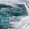PISCINES À DÉBORDEMENTS.Construite il y a près de cent ans à 7 km du centre-ville de Sydney, en Australie, la piscine de la plage de Bondi est classée parmi les plus spectaculaires du monde. Elle se compose de deux bassins d'eau de mer en béton armé. L'un, olympique, réservé aux adultes. L'autre, plus petit, en retrait et à l'abri des vagues. Car le phénomène que l'on observe ici fait partie d'un ordinaire très apprécié par les clients de ce complexe nautique. En langue aborigène, Bondi signifie en effet « le bruit de l'océan se brisant sur les rochers ». Un fracas qui permet le renouvellement constant des eaux du bassin, sans autre danger pour les baigneurs que celui de prendre une douche aussi iodée que revigorante.