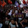 CONTRE. Des dizaines de milliers de Brésiliens sont descendus dans les rues de Rio de Janeiro ce mercredi 15 mars pour protester contre la réforme des retraites du gouvernement du président conservateur Michel Temer. Arrivé au pouvoir en 2016, après la destitution de la présidente de gauche Dilma Rousseff, Michel Temer a lancé une série de mesures d'austérité impopulaires pour tenter de relancer l'économie du Brésil, plongé dans la pire récession de son histoire.