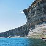 De la mer, le tableau qu'offre la vue de la côte de l'île d'Anticosti montre des falaises blanches que l'océan vient caresser inlassablement.
