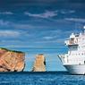 Tel un vaisseau échoué, l'énorme bloc de calcaire du rocher Percé (433 m de long, 88 m de haut) détaché du rivage par l'érosion, fait face à l'« Akademik Ioffe », ancré dans le golfe du village de Percé, l'« Etretat » de la Gaspésie.